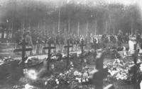 Beisetzung auf dem Lagerfriedhof in Scheuen
