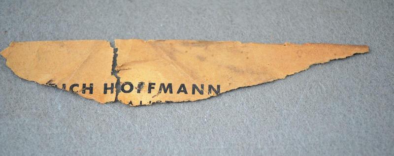 Rest eines Etiketts von Heinrich Hoffmann auf der Rückseite eines im Januar 1943 bei Hans W. Lange erworbenen Gemäldes